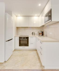 A kitchen or kitchenette at Modern Moscow Comfortable Apartment