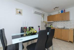 A kitchen or kitchenette at Apartment Gaga