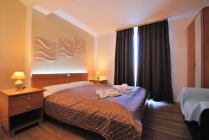 A bed or beds in a room at Nautica Apartments