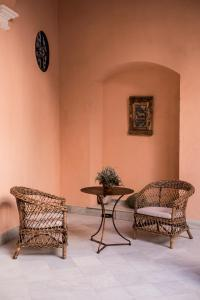 A seating area at Palacio Mármoles