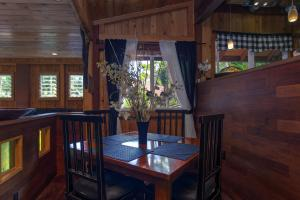 A restaurant or other place to eat at The Bali House & Bali Cottage at Kehena Beach