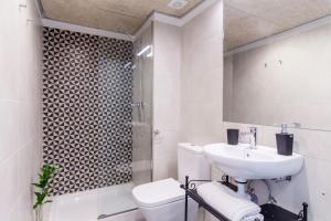 Ein Badezimmer in der Unterkunft ApartEasy - Eixample LOFT - 3 Open Bedrooms
