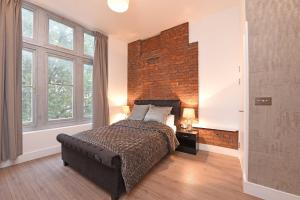 A bed or beds in a room at Spacious & Modern 2 Bed Apartment at Knightsbridge London
