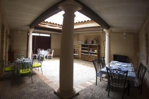 Un restaurante o sitio para comer en Casa Rural La Biblioteca