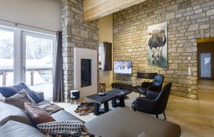 A seating area at Avenida Mountain Lodges Saalbach by Alpin Rentals