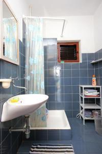 A bathroom at Secluded fisherman's cottage Cove Suha Punta bay - Suha Punta (Kornati) - 8168