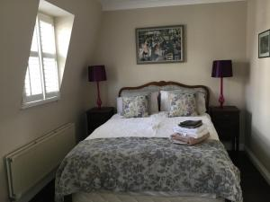 A bed or beds in a room at Classy Hyde Park / Notting Hill