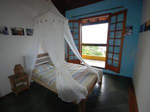A bed or beds in a room at Vila Saco Da Capela Ilhabela