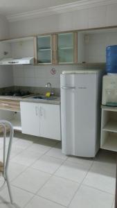 A kitchen or kitchenette at Apartamento Enseada Residence
