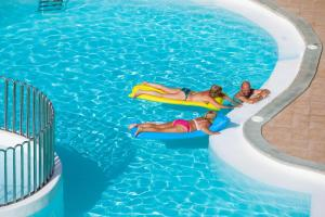 Het zwembad bij of vlak bij Caleta Garden