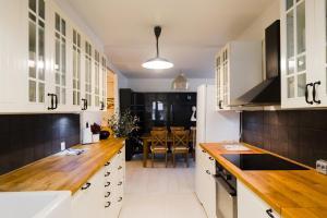 A kitchen or kitchenette at Frava Kolmas linja 17