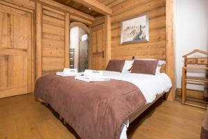 A bed or beds in a room at Le Kursaal Apartment