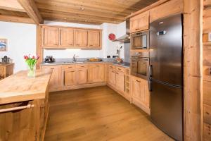 A kitchen or kitchenette at Le Kursaal Apartment
