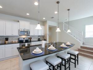 A cozinha ou kitchenette de 2070 Windsor At Westside 5 Bedroom Townhome