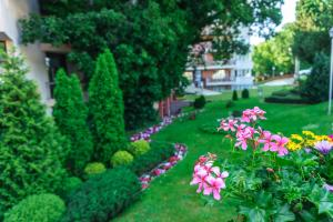A garden outside Odessos Park Apartments (Free Pool & Parking)