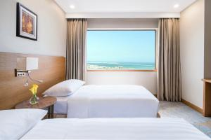 A bed or beds in a room at Hyatt Regency Galleria Residence Dubai