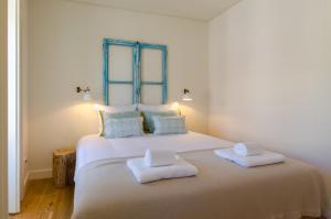 A bed or beds in a room at Casas da Baixa - dAmouraria