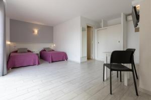 A bed or beds in a room at Apartamentos Orosol 2