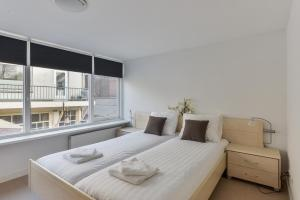 A bed or beds in a room at Modern Apartment Baljuwslaan