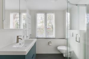 A bathroom at Modern Apartment Baljuwslaan