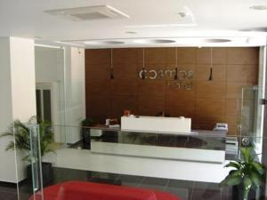 De lobby of receptie bij Cosmos Hotel