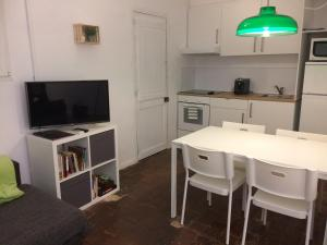 A kitchen or kitchenette at Cal Mestre - Apartament 4 pax. 1er pis