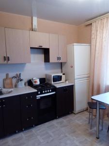 A kitchen or kitchenette at Gostinicha Zlato Apartment Egorova 10