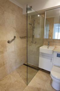 Een badkamer bij Harbourside Apartments