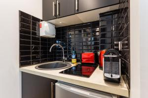 A kitchen or kitchenette at CMG Saint-Fargeau III