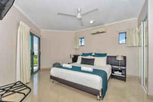 A bed or beds in a room at Argus Apartments Darwin