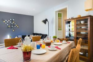 A restaurant or other place to eat at Barcelona 54 Apartment Rentals