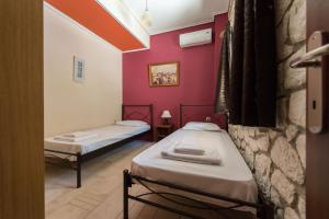 A bed or beds in a room at Luxury Stone Apartments