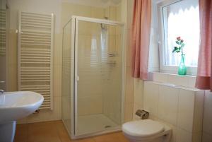 A bathroom at Ferienwohnung Grünes Herz