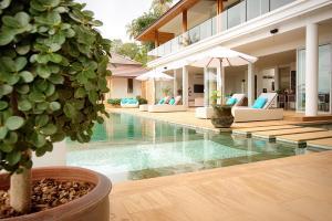 Het zwembad bij of vlak bij Villa Monsoon