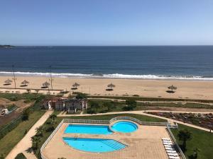 Vista de la piscina de Departamento con salida a la playa o alrededores