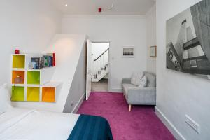 A seating area at Victorian house 2 bed/2 bath next to Barbican Tube