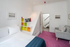 A bed or beds in a room at Victorian house 2 bed/2 bath next to Barbican Tube