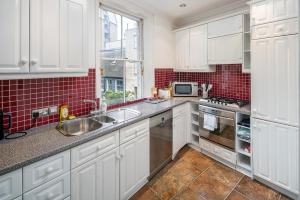 A kitchen or kitchenette at Victorian house 2 bed/2 bath next to Barbican Tube