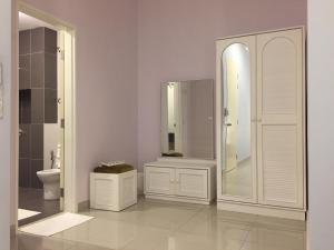 A bathroom at Elegant Townhouse Setia Alam