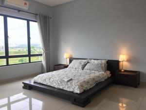 A bed or beds in a room at Elegant Townhouse Setia Alam