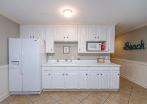 A kitchen or kitchenette at Carpe Beachem