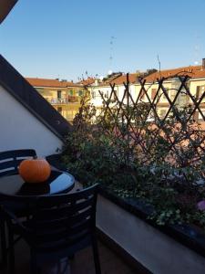Balcone o terrazza di Aramis House -a balcony over the city - Casa Aramis -un balcone sulla citta'- zone Navigli Solari Tortona with free gratis parking