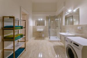 A bathroom at Square Residence