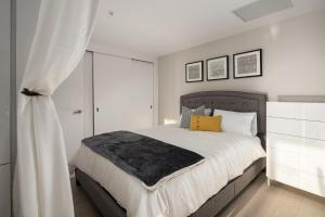 A bed or beds in a room at Luxury home in downtown Montreal