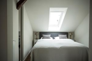 A bed or beds in a room at LOFT-ATELIER