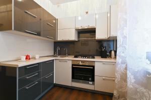 Кухня или мини-кухня в FlatComfort Nezavisimosti 44