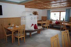 Ein Restaurant oder anderes Speiselokal in der Unterkunft Wohlfühlpension Tirolerhof
