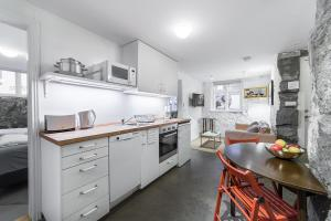 A kitchen or kitchenette at Eric The Red Apartments