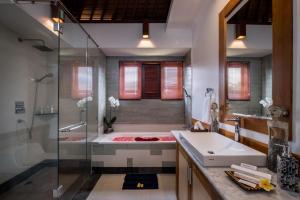 Kamar mandi di Puri Galih Villa
