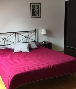 Ein Bett oder Betten in einem Zimmer der Unterkunft Kleine Ferienwohnung mit Garten